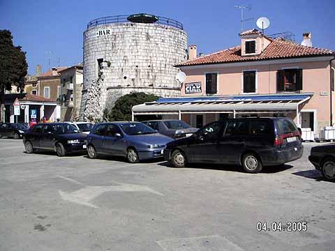 Upozorenje: pauk skuplja aute ispred Zagrebačke banke !