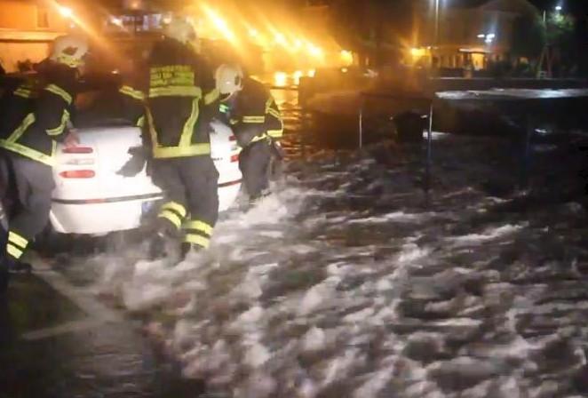 Prošle noći jak vjetar i visoki valovi donijeli probleme u Rovinju i Poreču