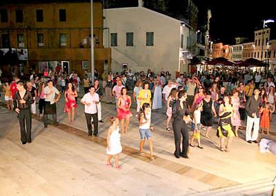 U ponoć dvjesto ljudi plesalo salsu!