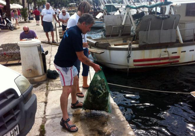 Ronioci Poreča očistili podmorje na porečkoj rivi nakon turističke fešte