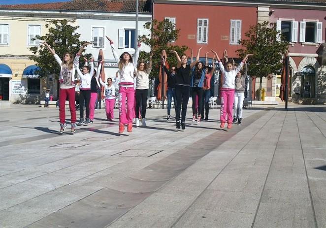 DND Poreč performansom na Trgu slobode završilo aktivnosti povodom Dječjeg tjedna