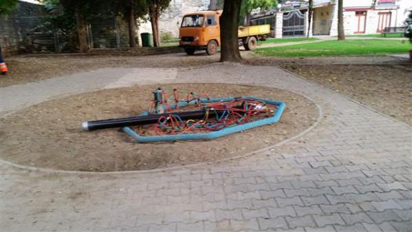 Oštećen vrtuljak u Parku Matije Gupca