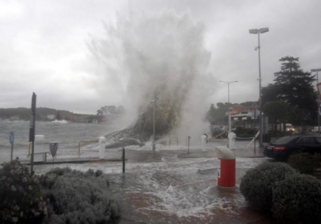 Olujno nevrijeme u Istri: More preplavilo ceste