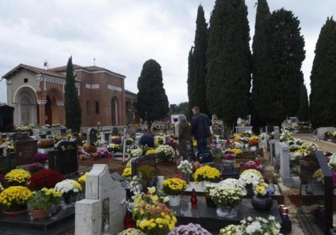 Djelatnici Usluge Poreč povodom dana Svih Svetih intenzivno uređuju groblja na području Poreštine