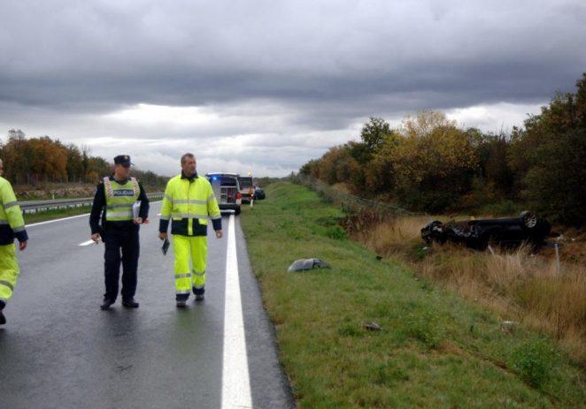 Vozač i dijete lakše ozlijeđeni u prevrtanju BMW-om