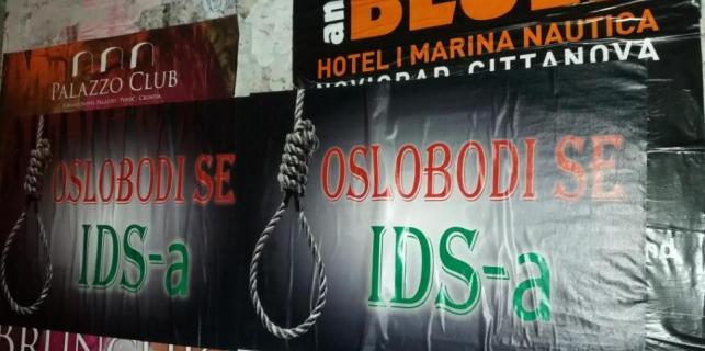 """""""Oslobodi se IDS-a"""" – u Poreču novi plakat protiv vladajuće stranke"""