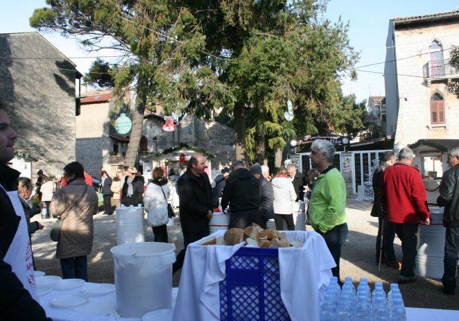 Badnje jutro na Trgu Matije Gupca okupilo mnogobrojne Porečane