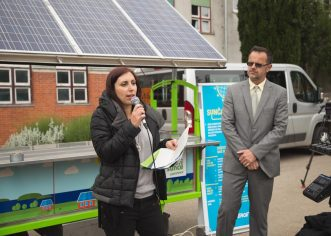 """Greenpeace u Hrvatskoj dodijelio """"solarni kiosk"""" osnovnoj školi Jože Šurana u Višnjanu"""