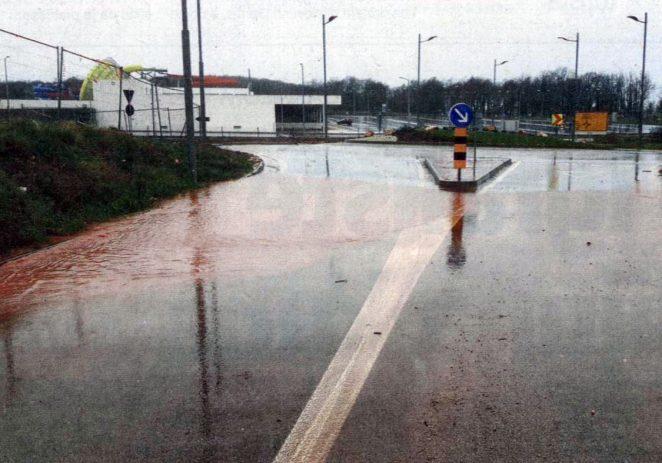 Poslije kiše cesta prema Mugebi puna zemlje