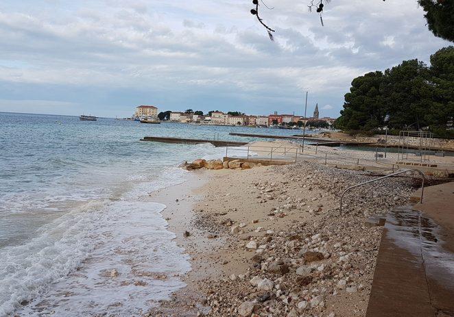 """Valovi juga """"počistili"""" novu plažu"""