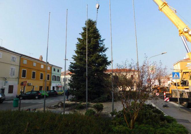 Božićna jelka postavljena na Trg Joakima Rakovca