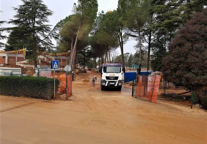 Blato na kolniku dolazi s kamiona i gradilišta hotela Laguna Parka