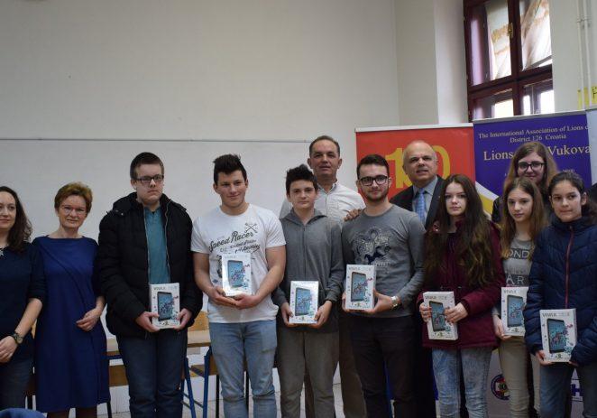 Suradnja Lions Cluba Poreč i Lions Cluba Vukovar: Donacija tablet računala uzornim učenicima Vukovara