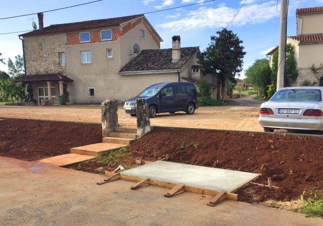 Dovršen nogostup u ulici Bruno Valenti, uređenja oko boćališta u Velenikima i sanacija asfalta na širem području grada