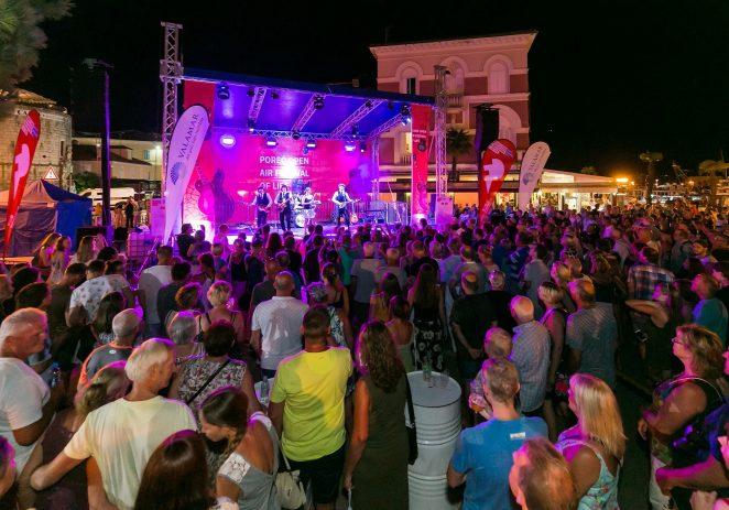 Glazba i energija Beatlesa sinoć oduševile Porečane i goste Poreča, cijela riva otpjevala čitav koncert uglas