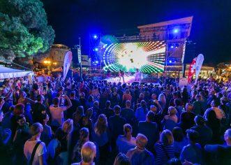 Publika uglas s Queen Real Tribute Bendom pjevala trenutno najveći hit svih Hrvata – We are the Champions