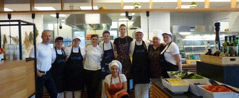 Udruga UNUO i osoblje restorana u Valamarovoj Upravnoj zgradi u Poreču_restoran