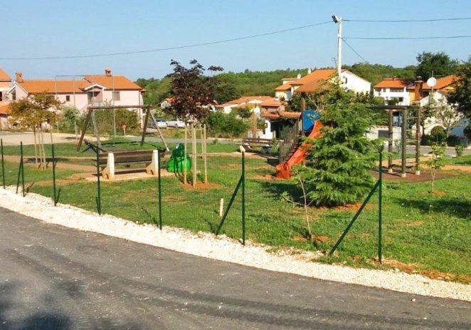Postavljene ograde i dodana nova igrala na igralištima u St. Vergotini, Gulićima, Ladrovićima i Musaležu