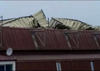 Olujni vjetar ruši stabla, oštećen i krov na dvorani Veli Jože
