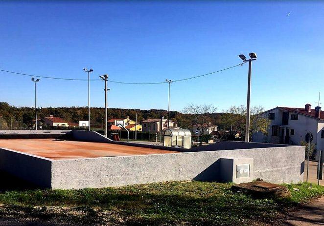 Dovršeno bojanje na boćalištu u Montižani, u ponedjeljak kreće sanacija sportskog igrališta SŠ Mate Balote
