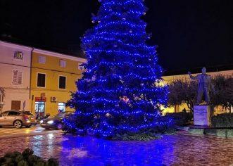Božićne jelke postavljene na Trgu Joakima Rakovca i u naselju Červar Porat
