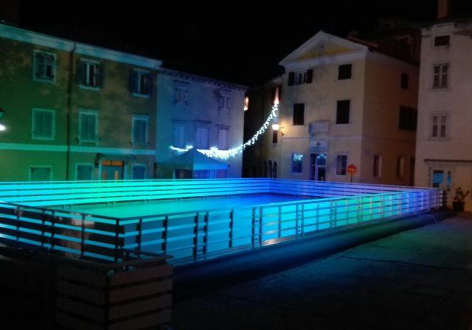 Danas se otvara klizalište na Trgu Degrassi u Vrsaru – prvi puta u povijesti Vrsara !