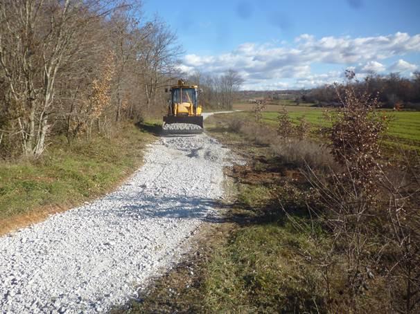 Nastavljaju se asfaltiranja nogostupa u naseljima Finida, Bolnica i Poreč-jug, te nasipavanja puteva u prigradskim naseljima