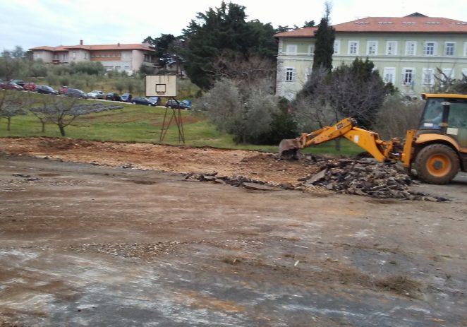 Radovi na uređenju sportskog igrališta porečke SŠ Mate Balote, uskoro i Dnevni boravak na otvorenom