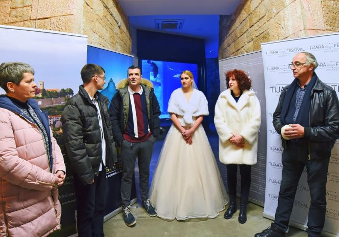 TIJARAartNEWS izložba uronila svadbene fotografije među raže i morske pse