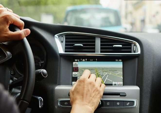 Ometaju li touchscreen zasloni vozače u vožnji ?