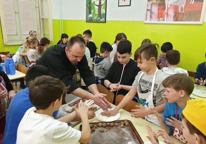 U Talijanskoj osnovnoj školi održana kulinarska radionica kako pripremiti fritole i pljukance po starinski
