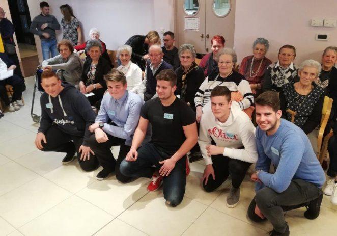 """U Domu za starije i nemoćne održana Revija frizura, najstarija """"manekenka"""" imala je 98 godina !"""