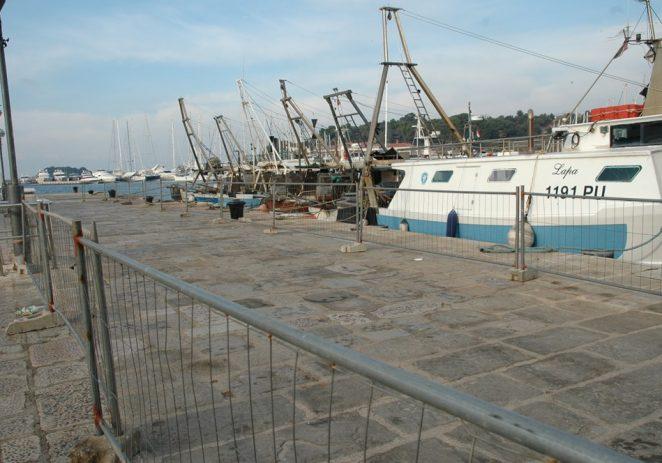 U Vrsaru radovi na proširenju mola u punom jeku: Trenutno se buši morsko dno za ribarski gat