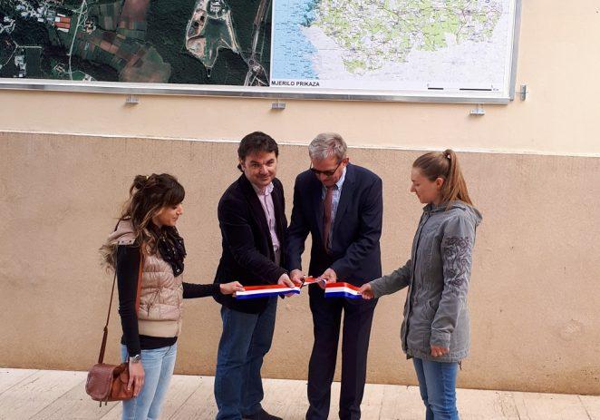 Na porečkoj rivi postavljen prvi kartozid Državne geodetske uprave u Istri