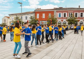 10. generacija porečke djece preplavila plesom  Trg slobode (foto)
