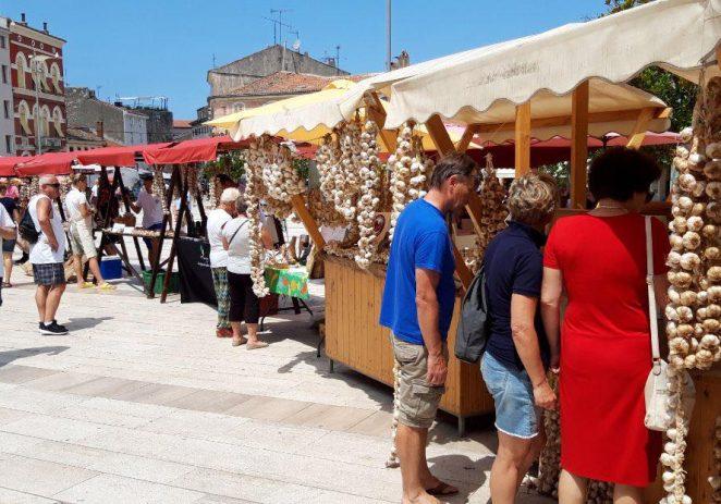 Prvi festival istarskog češnjaka na Trgu slobode