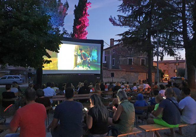 """Kaštelirski park premali za brojnu publiku na projekciji animiranog filma """"Spiderman"""""""