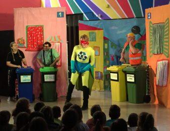 """Od 9. do 25. rujna održavaju se kostimirane edukativne predstave za djecu """"Recikloman spašava budućnost""""  u susjednim općinama"""