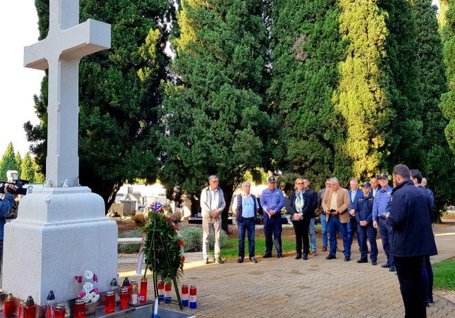 Delegacija Grada Poreča povodom Dana neovisnosti položila vijence na centralnom križu Gradskog groblja