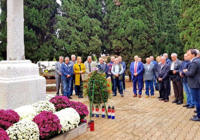 Povodom blagdana Svih svetih i Dušnog dana položeni vijenci na Gradskom groblju Poreč