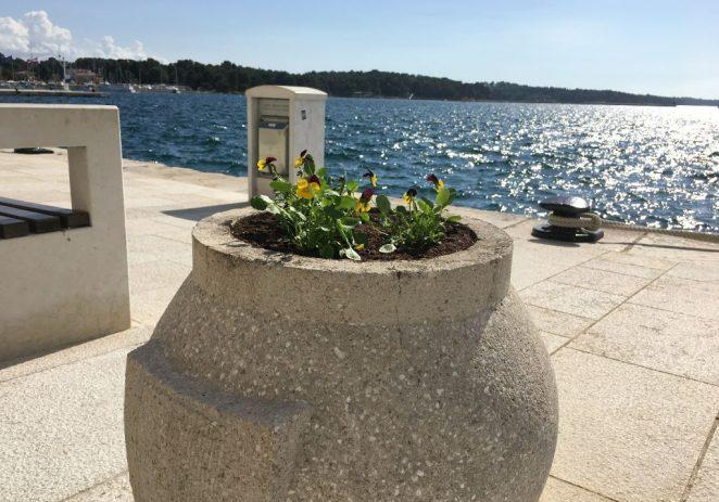 Djelatnici Usluge Poreč krenuli sa jesenskim uređivanjem cvjetnih gredica na javnim površinama Grada Poreča