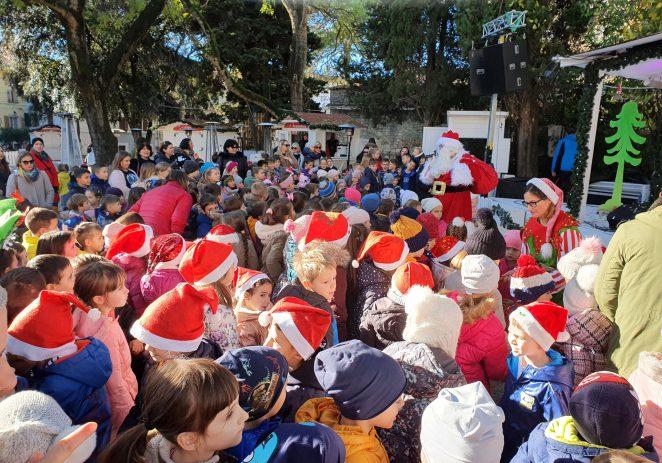 Brojni mališani dočekali Djeda Mraza u Poreču