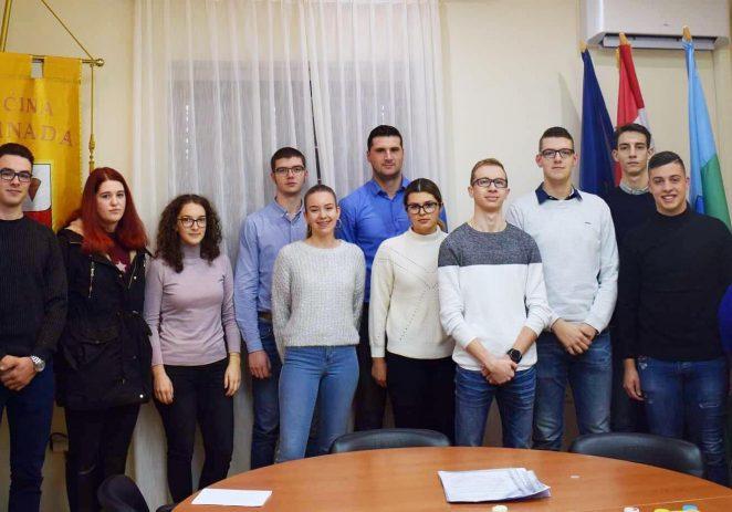 U vijećnici Općine Vižinada potpisani ugovori o dodjeli stipendija učenicima i studentima za školsku/akademsku 2019/2020. godinu.