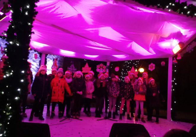Mali je zbor, s učiteljem Tomom Njegovanom, upotpunio blagdansku čaroliju na porečkome gradskom trgu svojim veselim i raspjevanim nastupom