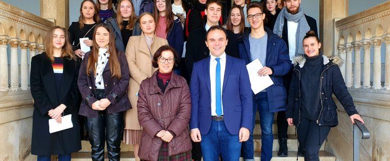 Gradonačelnik i pročelnica za društvene djelatnosti s novim stipendistima