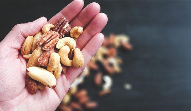 Šaka badema dnevno neće vas udebljati, ali jedan drugi popularni orašasti plod brzo će vam 'nabiti' neželjene kile: otkrivamo zamke zdravih grickalica i čime smanjiti štetu