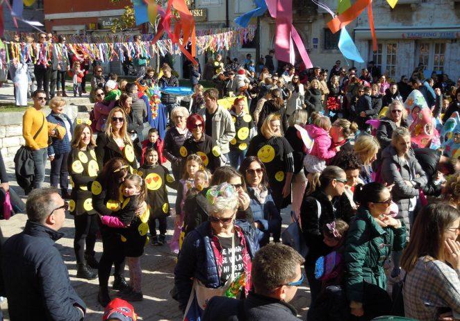 Na Trgu Matije Gupca u Poreču četiristotinjak djece zabavljalo se na  23. Velikom Malom karnevalu