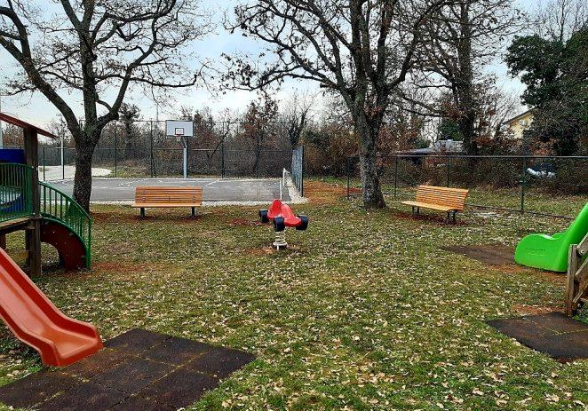 Nova oprema za dječja i polivalentna igrališta u mjesnim odborima Žbandaj, Varvari, Nova Vas i Červar Porat