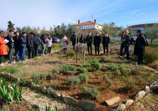 EKOSFERA educira srednjoškolce obilaskom Ekomuzeja ISTRIAN de Dignan, OPG-a Chiavalon i Svijeta Biljaka