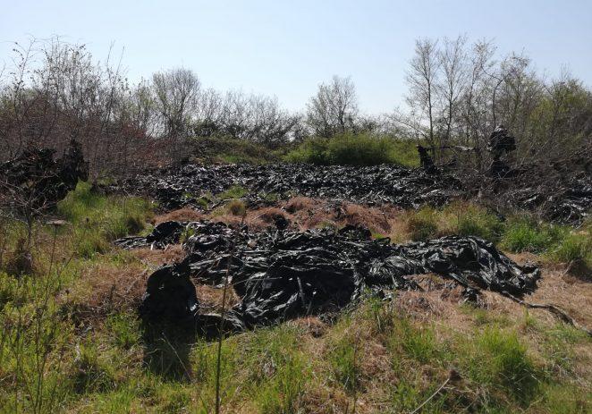 Obilježavanje Dana planeta Zemlje: neodgovorni poljoprivrednici iskrcali kubik plastičnih cijevi u grmlje